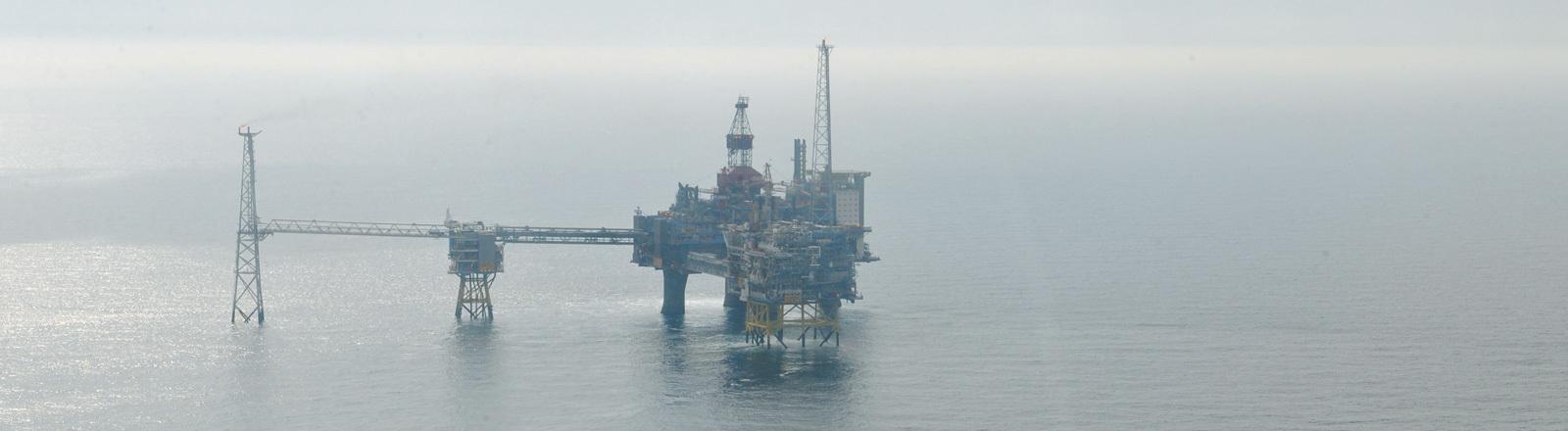 Die Gasplattform Sleipner, aufgenommen am Donnerstag (04.08.2011) in der Nordsee vor Norwegen.