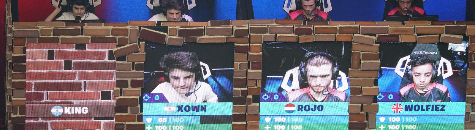 E-Sportler beim Fortnite World Cup in New York am 27.07.2019 hinter Bildschirmen