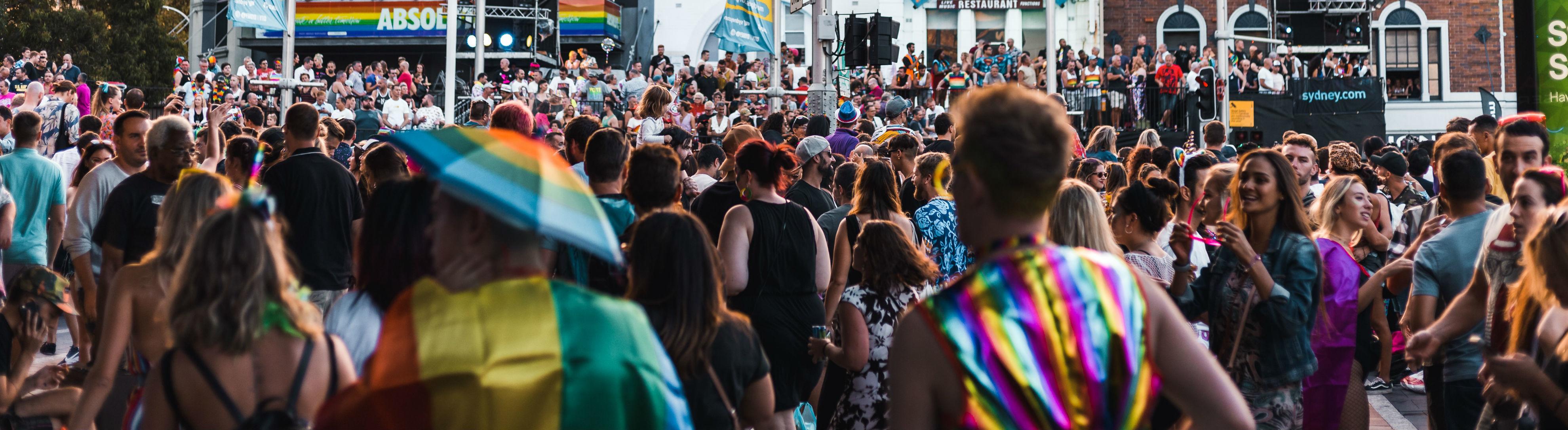 Menschen auf einer Gay-Demo.