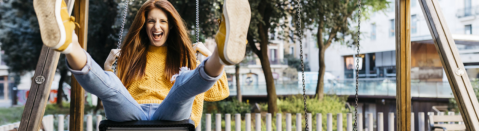 Eine junge Frau sitzt auf einer Schaukel