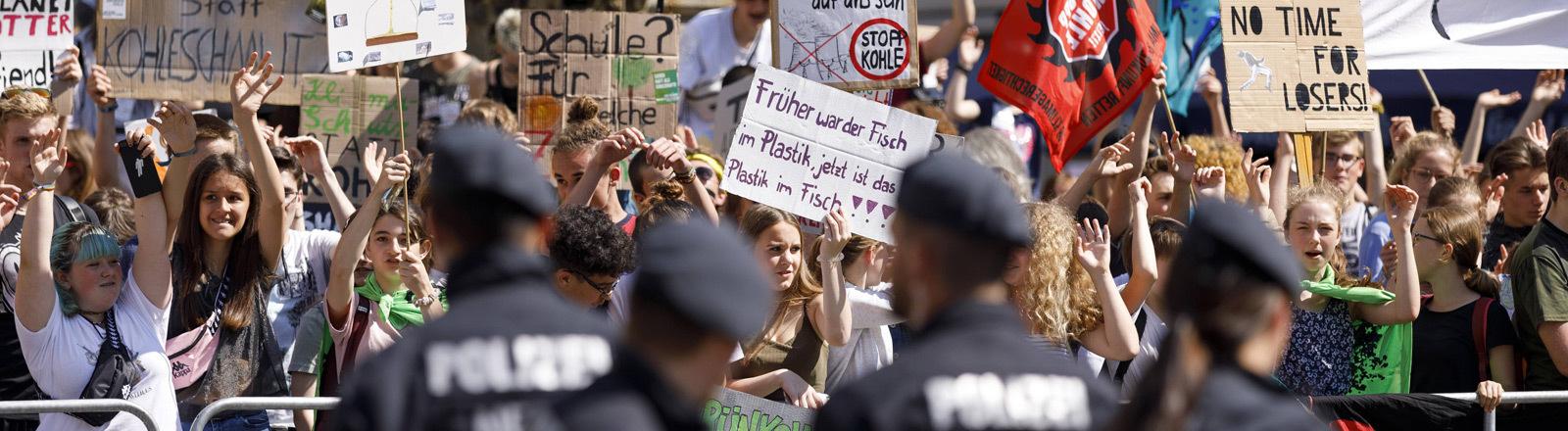 Polizei und Demonstranten bei einer Fridays-for-Future-Demo.