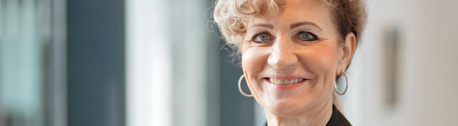 13.11.2019, Thüringen, Erfurt: Birgit Keller (Die Linke) steht im Thüringer Landtag. Die die bisherige Infrastrukturministerin soll heute von der Thüringer Linken für das Amt der Landtagspräsidentin vorschlagen werden.