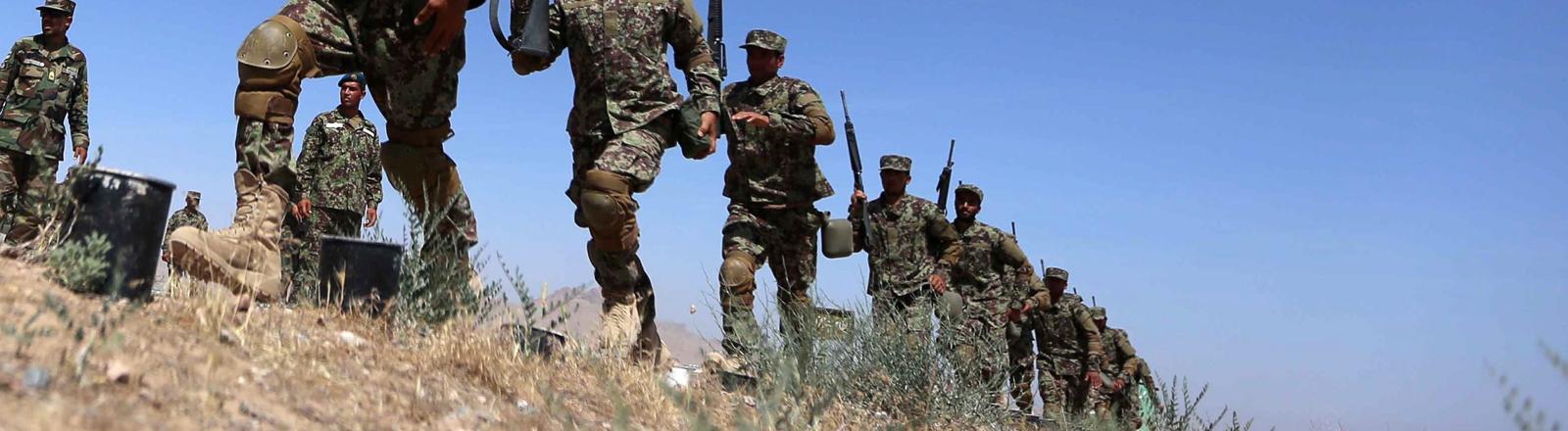 Afghanische Soldaten marschieren bei einer Übung in Herat (Afghanistan)
