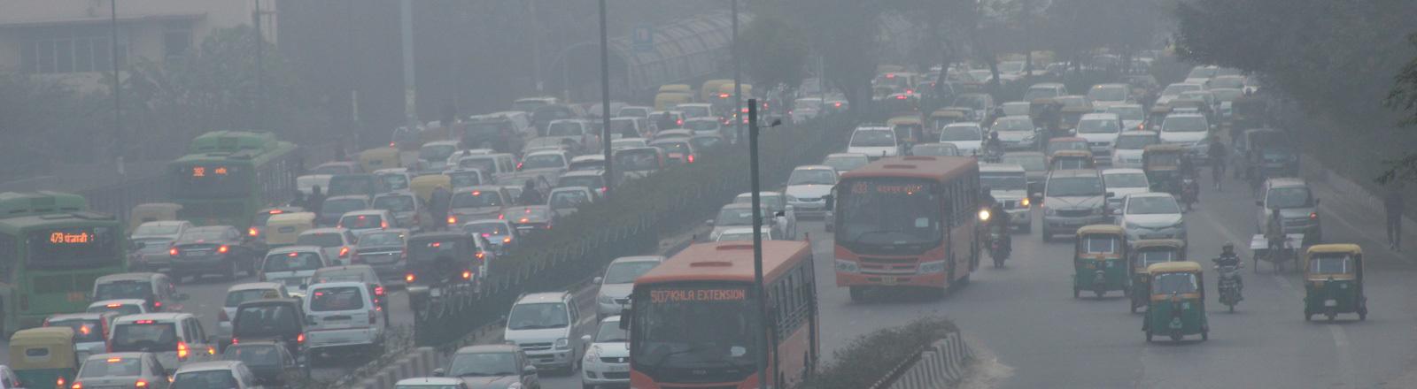 Smog in den Straßen von Neu-Delhi.