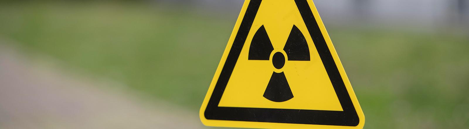 Strahlenwarnhinweisschild Atomkraft Radioaktivität