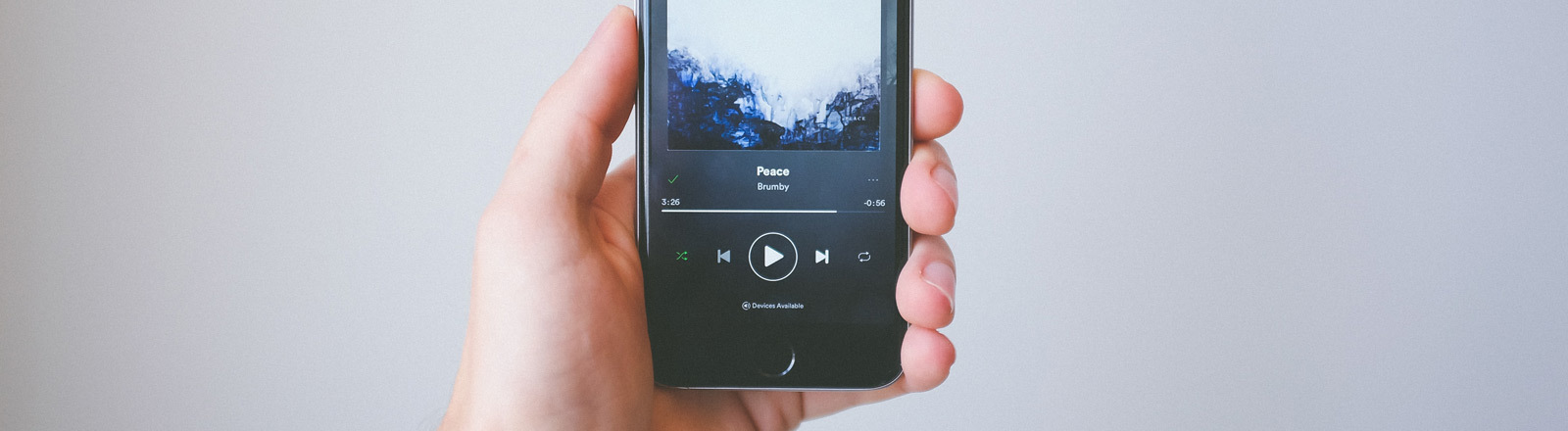 Eine Person streamt Musik über ein iPhone.