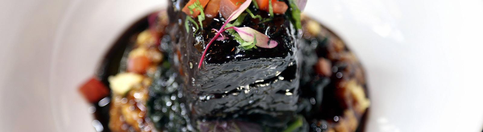 Ein Gericht mit Rotweinsoße