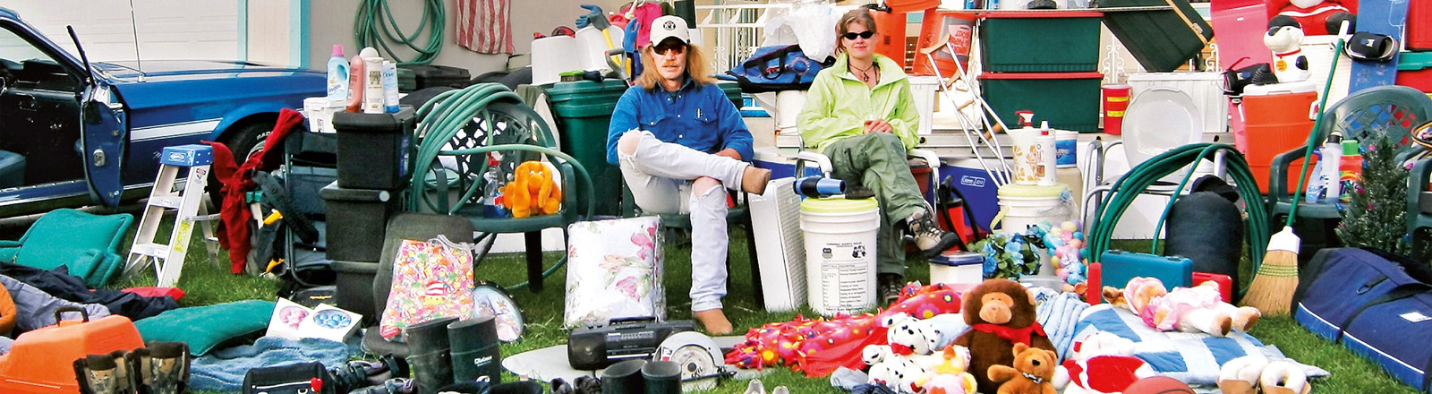 """Dokumentarfilmer Werner Boote und ein Filmstill aus seinem 2009 erschienen Dokumentarfilm """"Plastic Planet"""""""