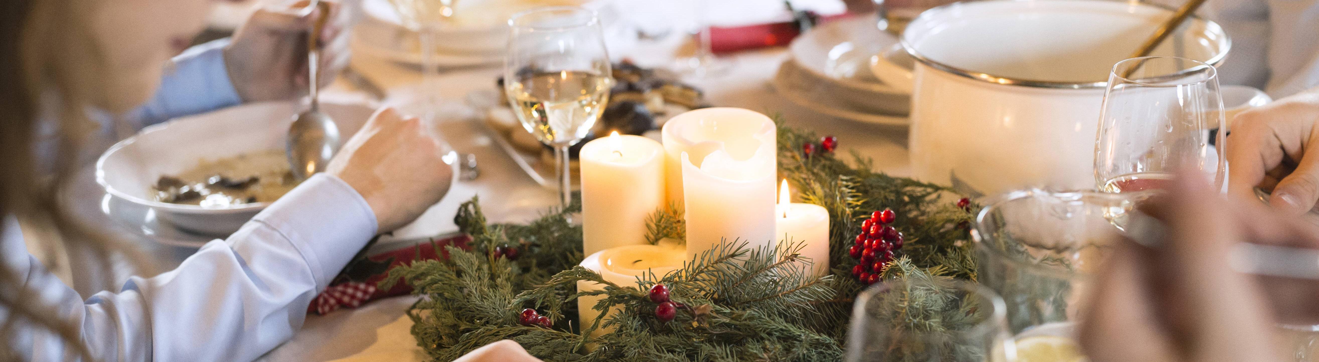 Familie am gedeckten Weihnachtstisch