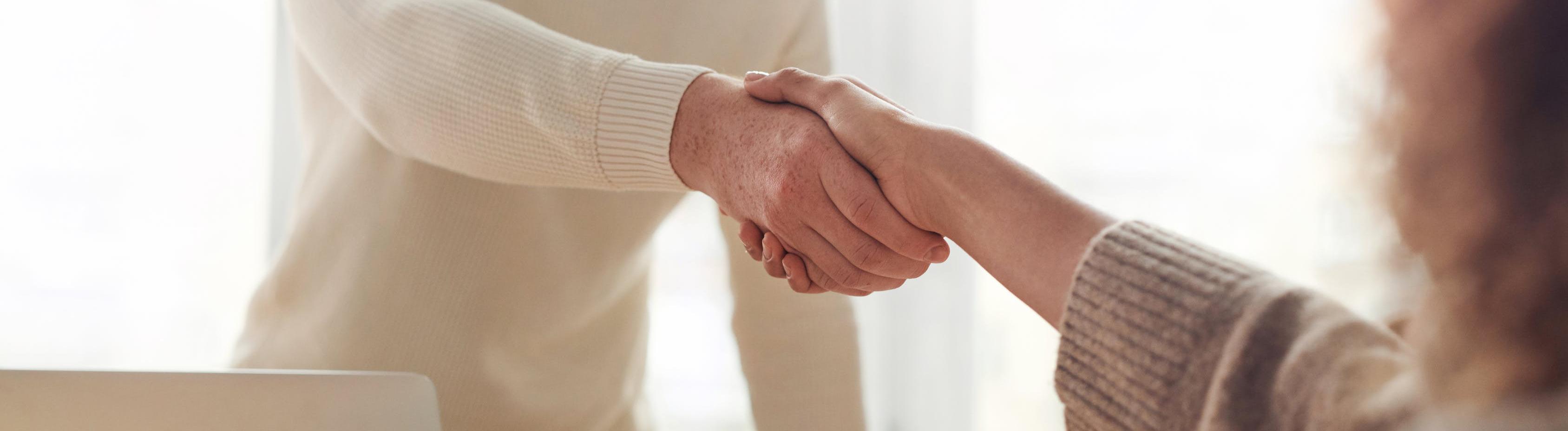 Frau und Mann schütteln sich die Hände