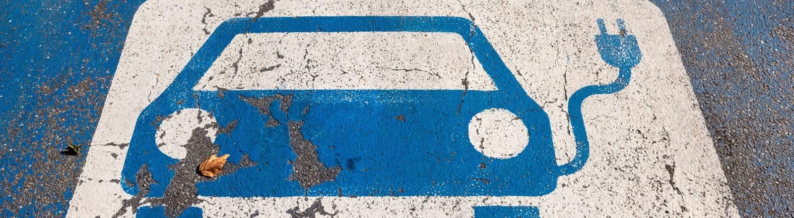 Ein gekennzeichneter Parkplatz für E-Autos an einer Ladesation.