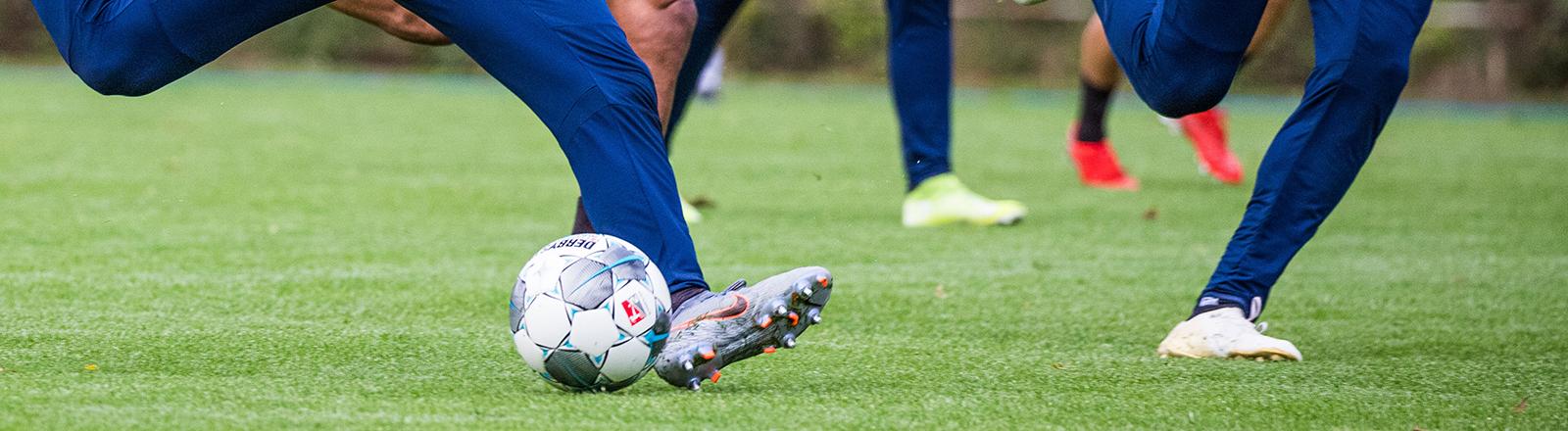 Fußballer während eines Spiels auf einem Spielfeld.