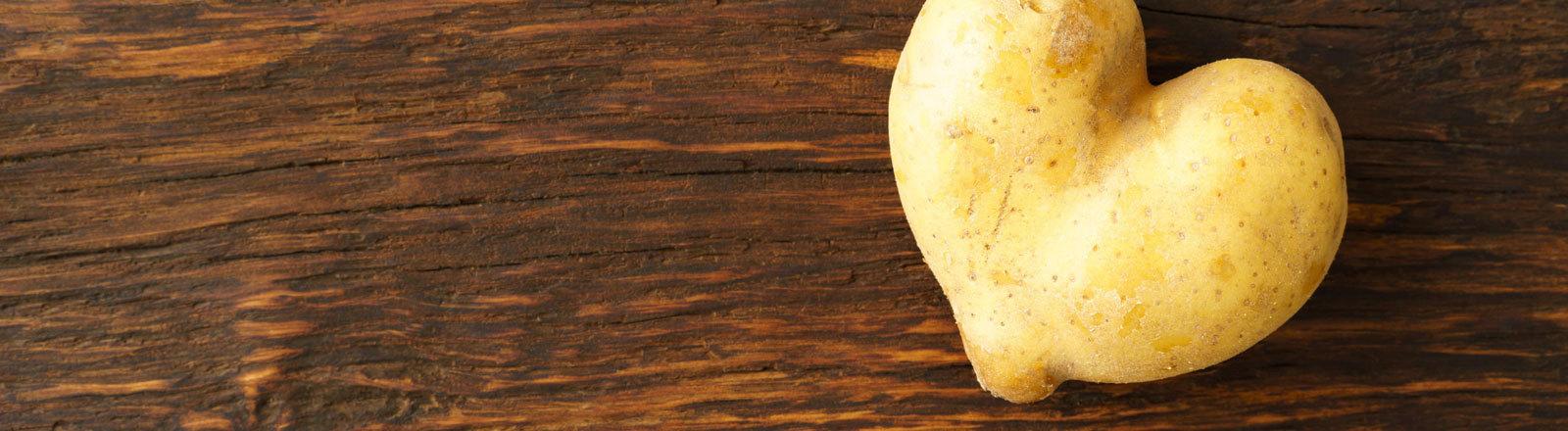 Eine herzförmige Kartoffel.