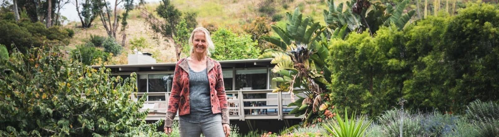 Cornelia Funke auf einer Avocadofarm in Kalifornien