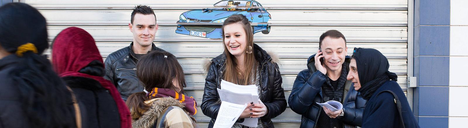Jugendliche verteilen Flugblätter des Front National in Marseille
