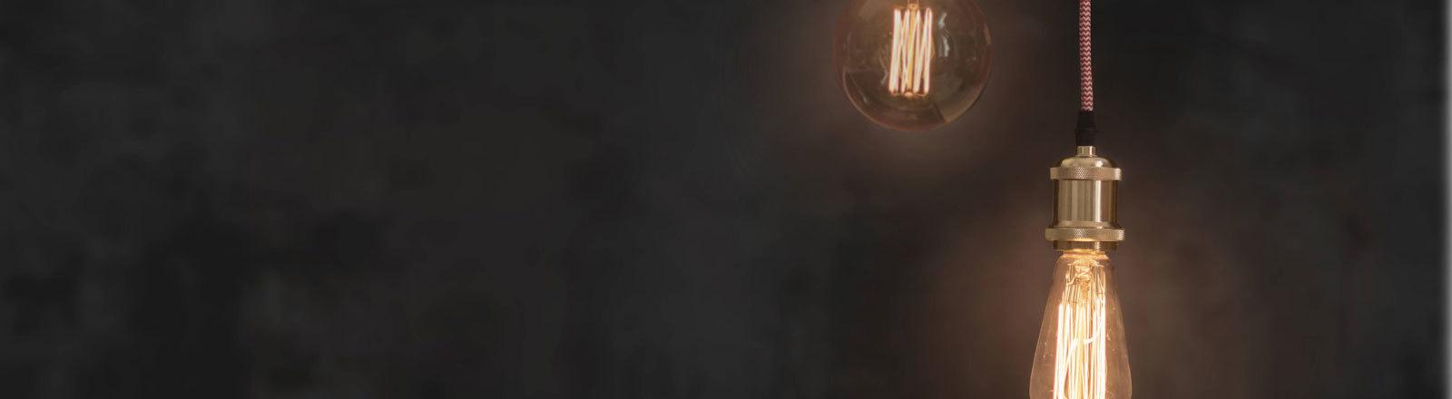 Zwei Glühbirnen hängen von der Decke.