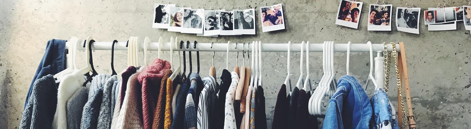 Kleiderstange mit verschiedenen Kleidungsstücken