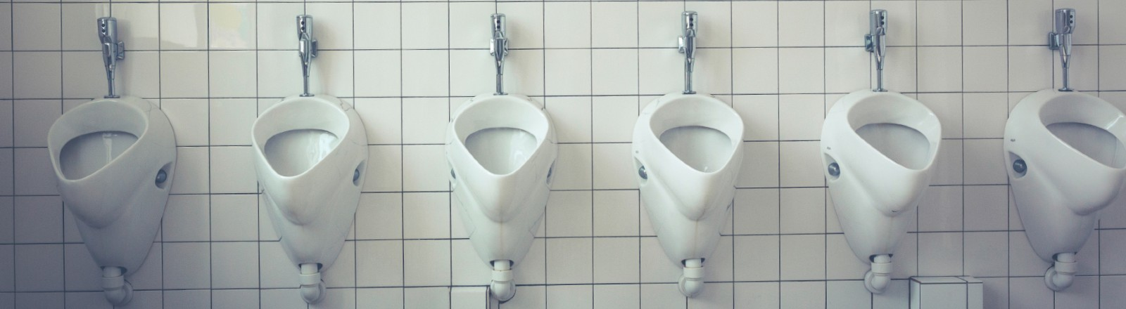 Urinale in einer Reihe