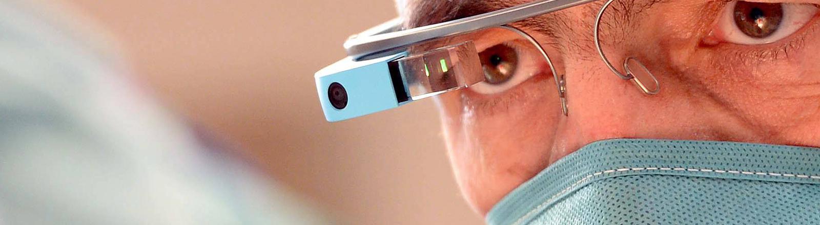 Ein Arzt operiert mit der Datenbrille Google Glass