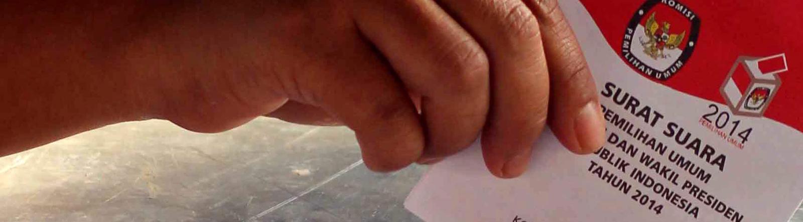 Ein Wähler stimmt bei der Präsidentschaftswahl in Indonesien ab.