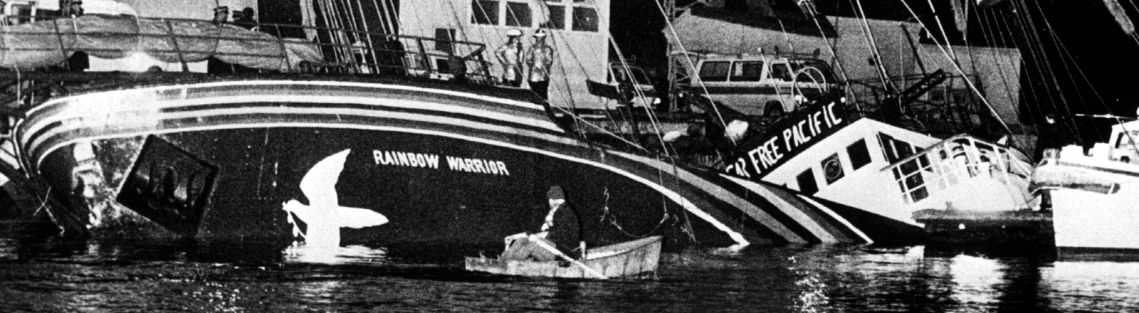 """Das nach einer Explosion am 10. Juli 1985 im Hafen von Auckland (Neuseeland) gesunkene Greenpeace-Schiff """"Rainbow Warrior"""" wird am 21. August 1985 von der neuseeländischen Marine gehoben. Das Schiff, mit dem die Umweltschutzorganisation Greenpeace gegen die französischen Atombombenversuche auf dem Mururoa-Atoll protestiert werden wollte, wurde nach späteren Erkenntnissen von zwei französischen Geheimagenten versenkt. Ein portugiesischer Fotograf kam bei dem Anschlag ums Leben."""