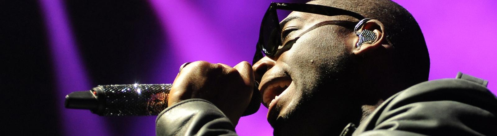 Rapper Tinie Tempah bei einem Konzert.
