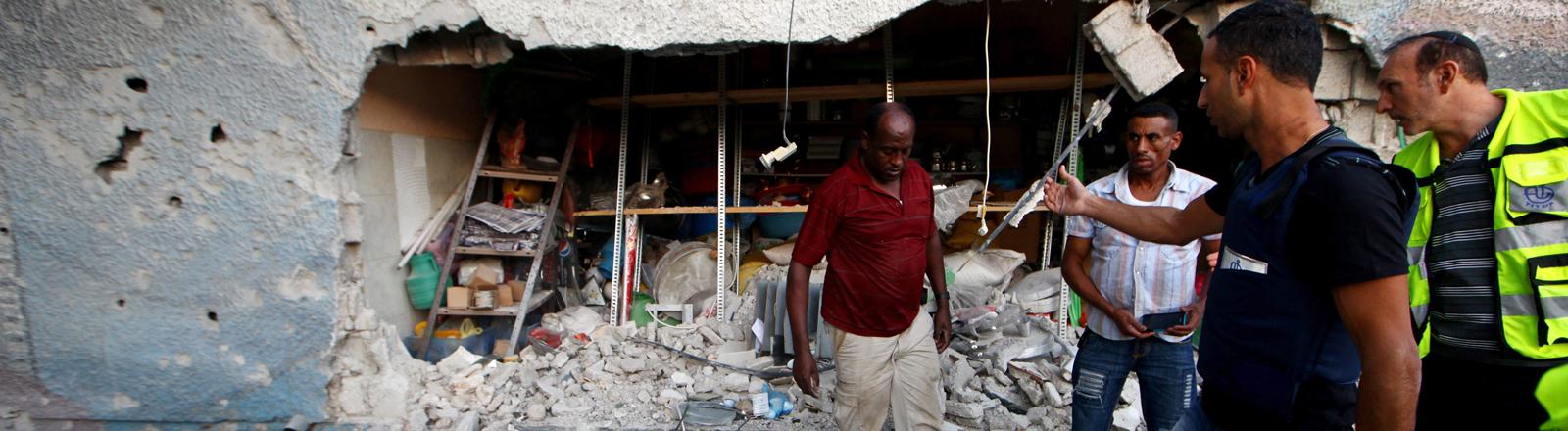 Eine aus dem Gaza-Streifen abgefeuerte Rakete hat im November 2012 einen Kiosk in Ashdod in Israel getroffen.