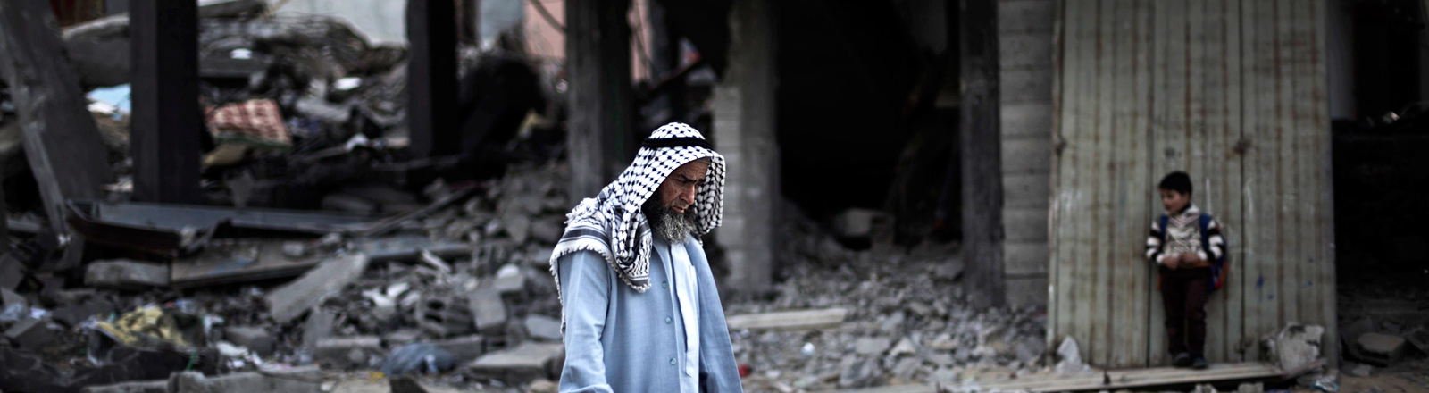 Ein Mann in zerstörter Umgebung im Gaza-Streifen.