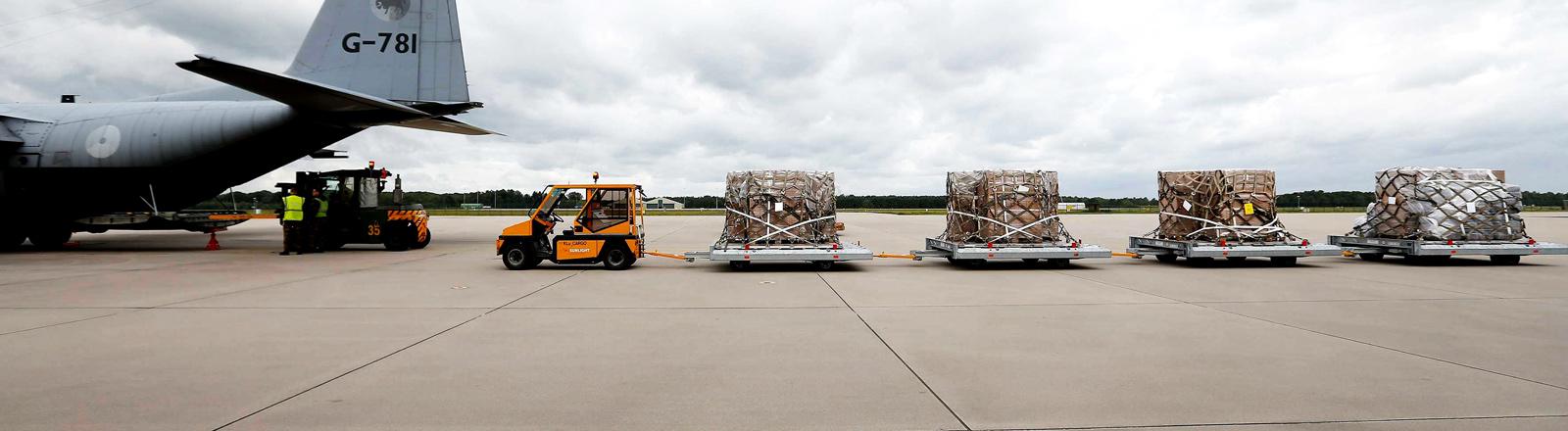 Ein Lastzug auf einem Rollfeld eines Flughafens.