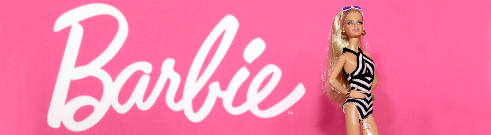 Barbie-Puppe vor Barbie-Schriftzug