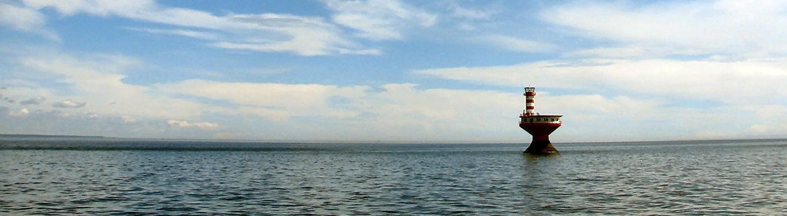 Bohrinsel im Meer.