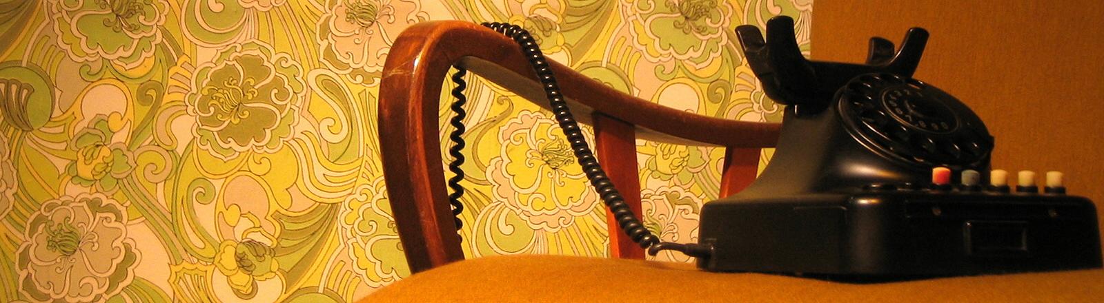 Altes Telefon auf altem Sofa.