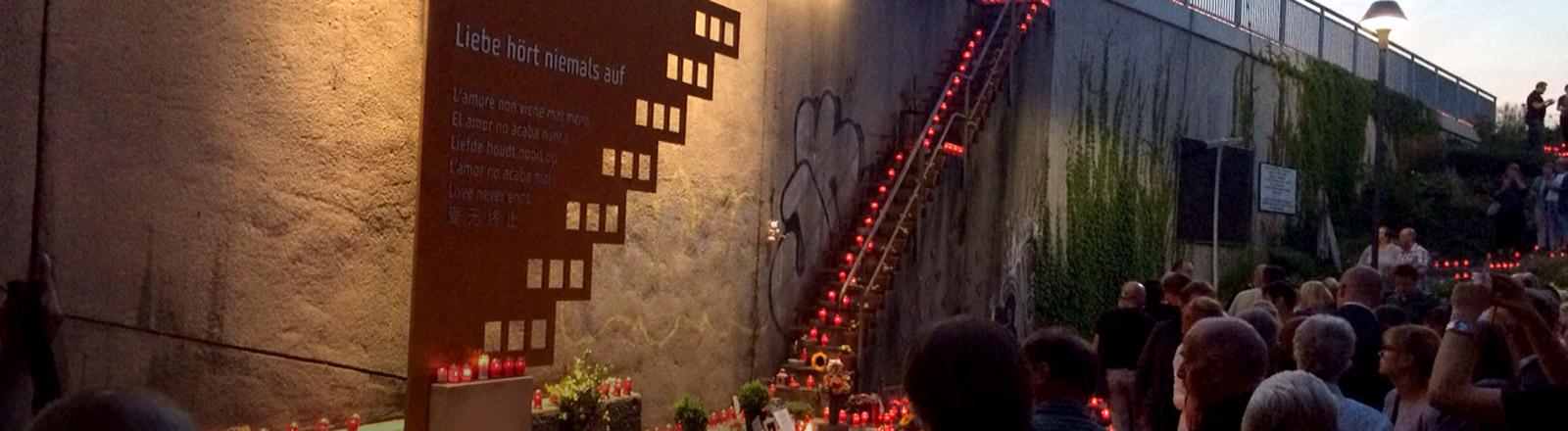 Gedenken an der Unglücksstelle der Loveparade Duisburg 2010