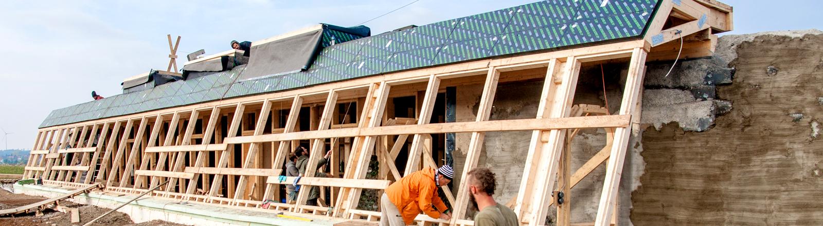 Männer an der Baustelle das Earthship-Hauses in Tempelhof.