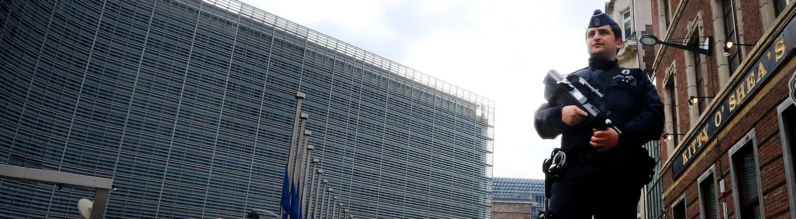 Ein bewaffneter Polizist in der im EU-Viertel in Brüssel.