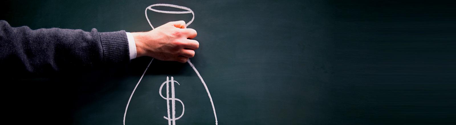 Eine Hand mit einem aufgemalten Sack mit Dollarzeichen.
