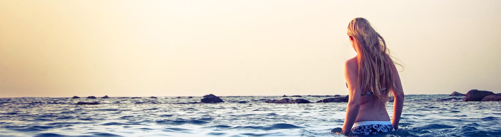 Eine Frau im Bikini im Meer