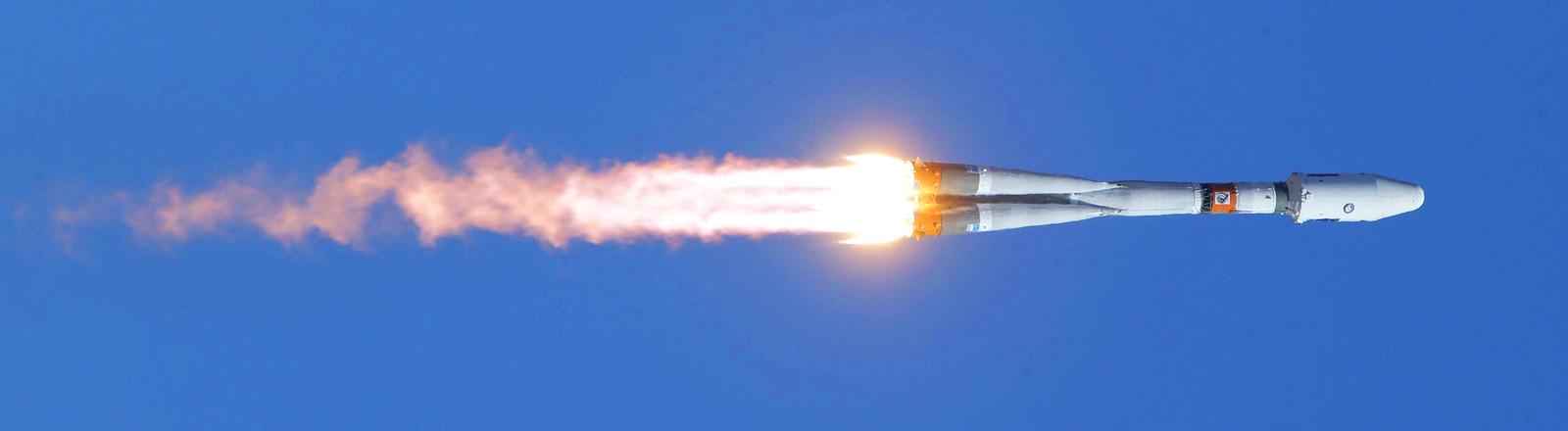 Die erste Rakete des neuen russischen Weltraumbahnhofs Wostotschny im Flug.