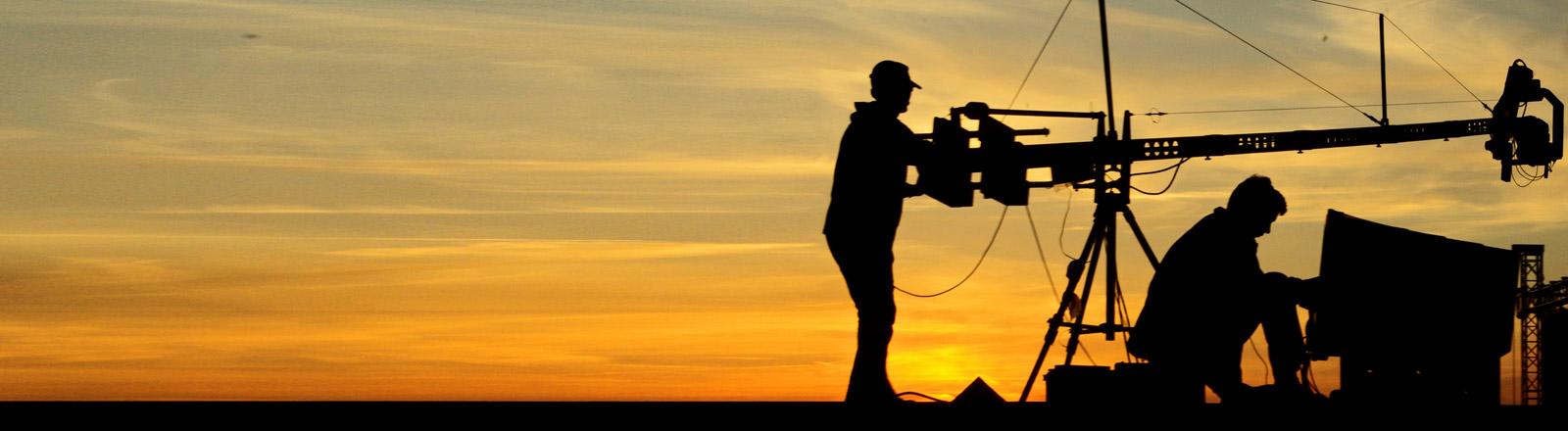 Zwei Kameraleute bedienen einen Kamerakran
