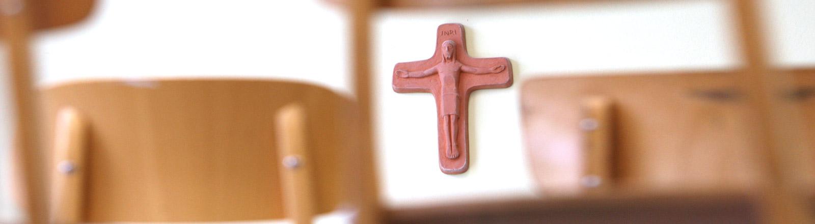 Ein Kruzifix in einem Klassenraum.