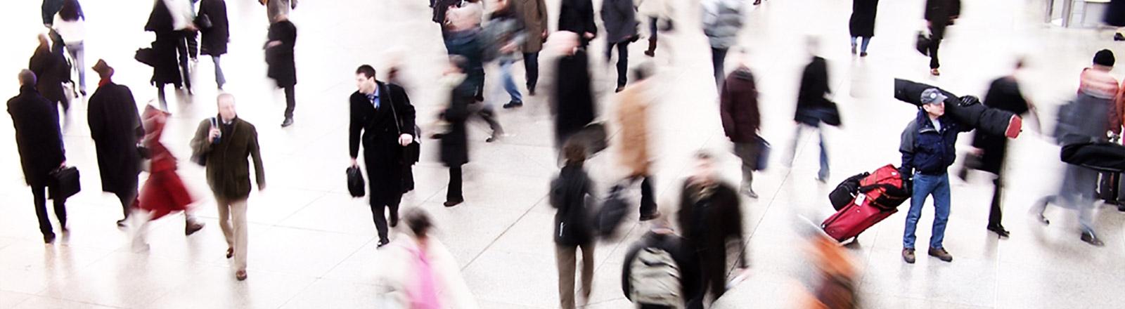 Menschen in Eile laufen umher