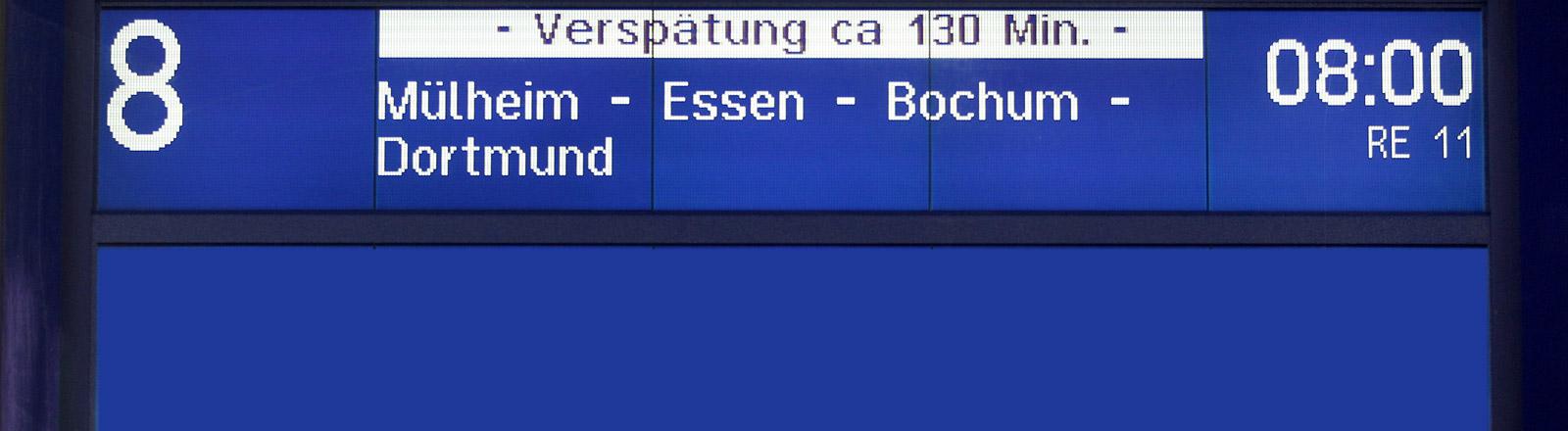 Eine Anzeigetafel in einem Bahnhof mit Verspätungsanzeige.
