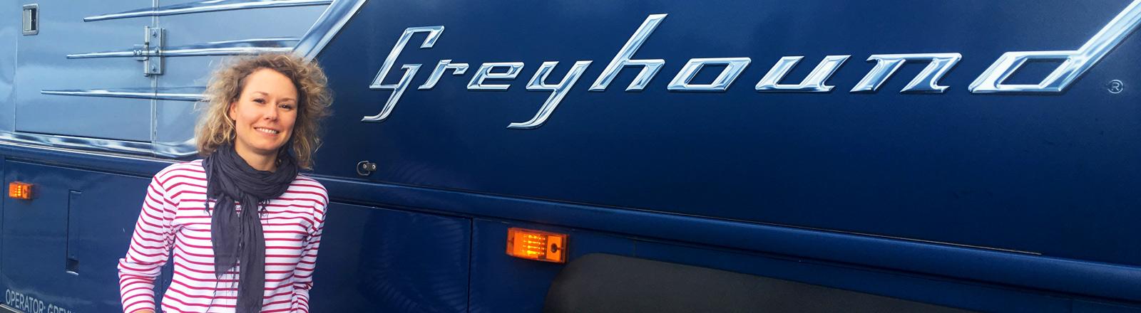 Hanna Ender vor einem Greyhound-Bus