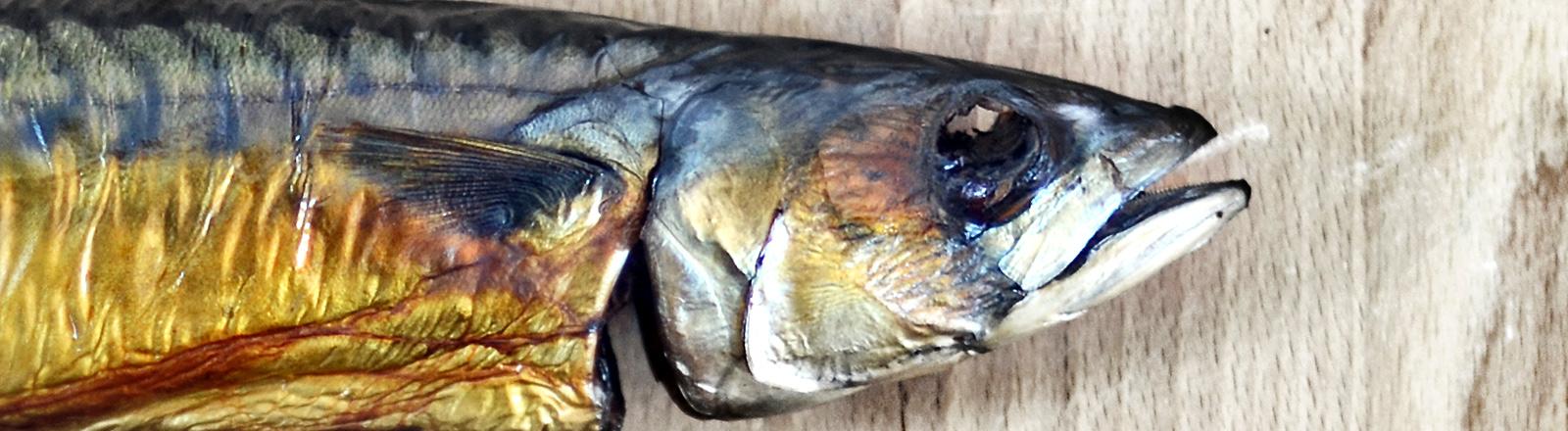 Eine Makrele auf Holzuntergrund