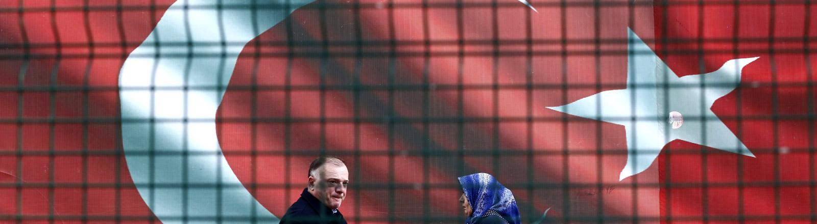 Die türkische Flagge fotografiert durch ein Fenstergitter