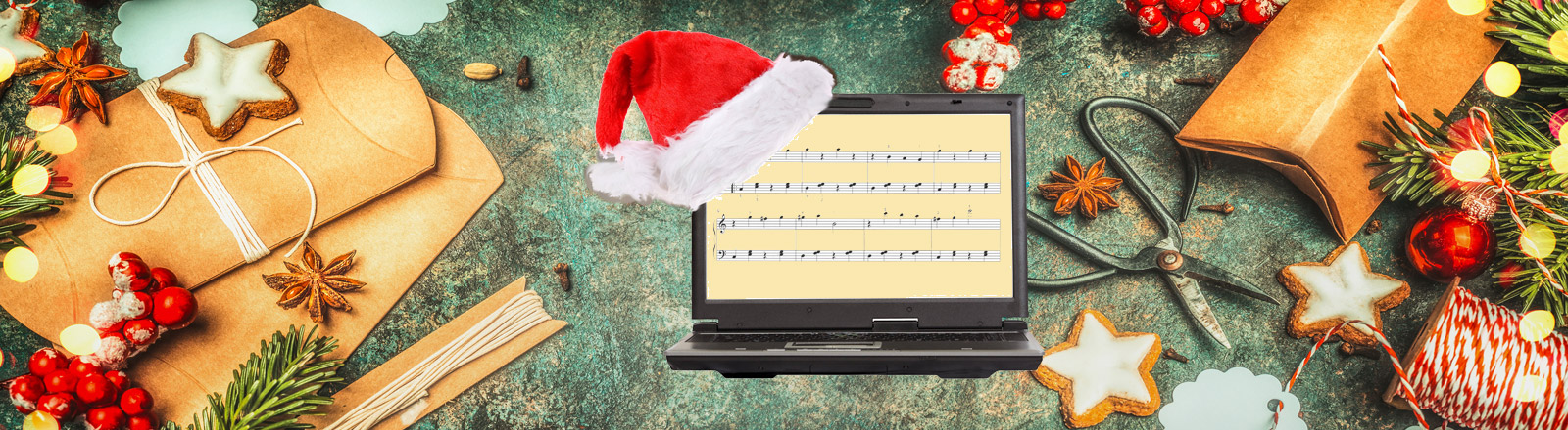 Ein Notebook mit einer Weihnachtsmütze vor Weihnachtsdekoration
