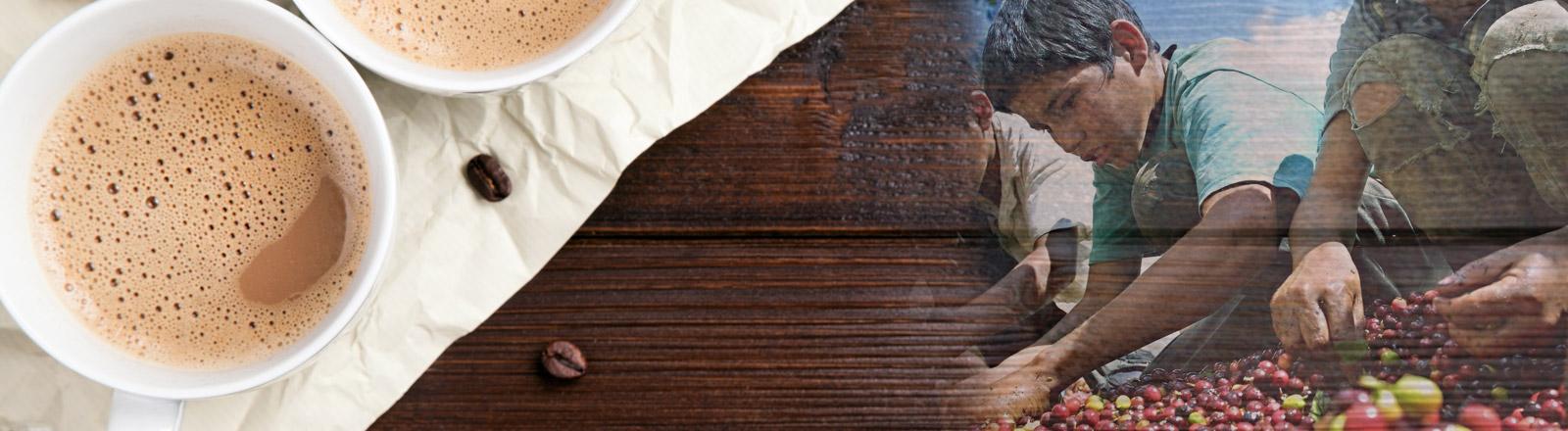 Zwei Tassen Kaffee stehen auf einem Tisch - daneben scheint das Bild von Kindern durch, die Kaffeebohnen ernten.