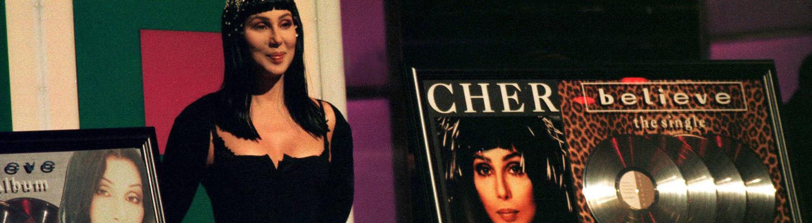 """Cher mit ihrer Platte """"Believe"""""""