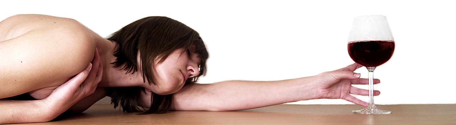 Frau am Boden mit Weinglas
