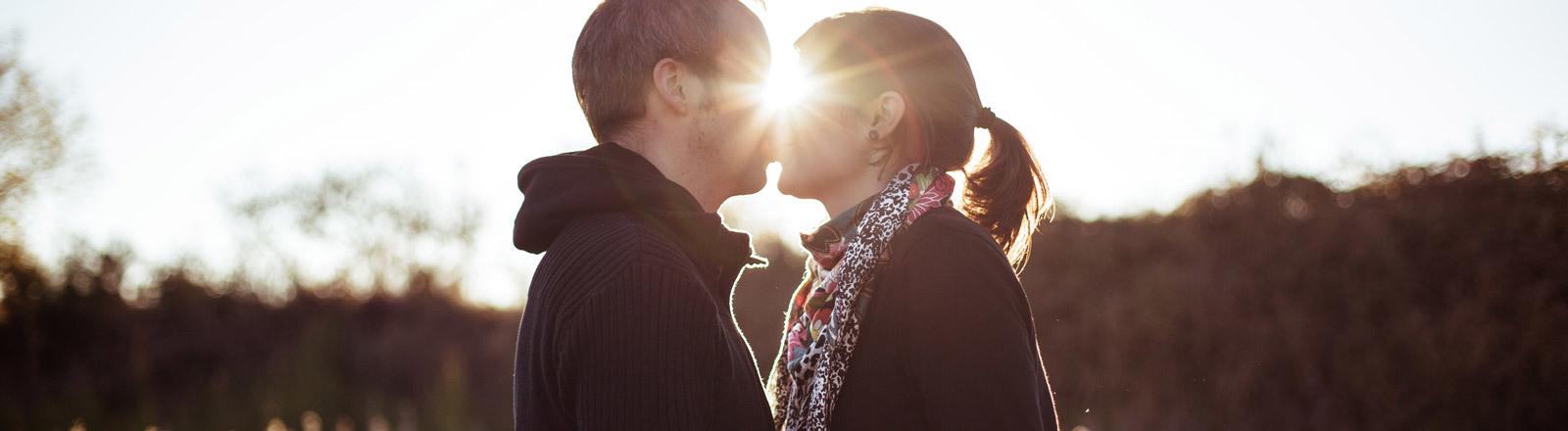 Ein Mann und eine Frau küssen sich